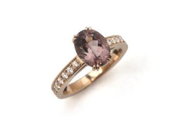 Ring aus Rotgold mit einem Turmalin und Brillanten