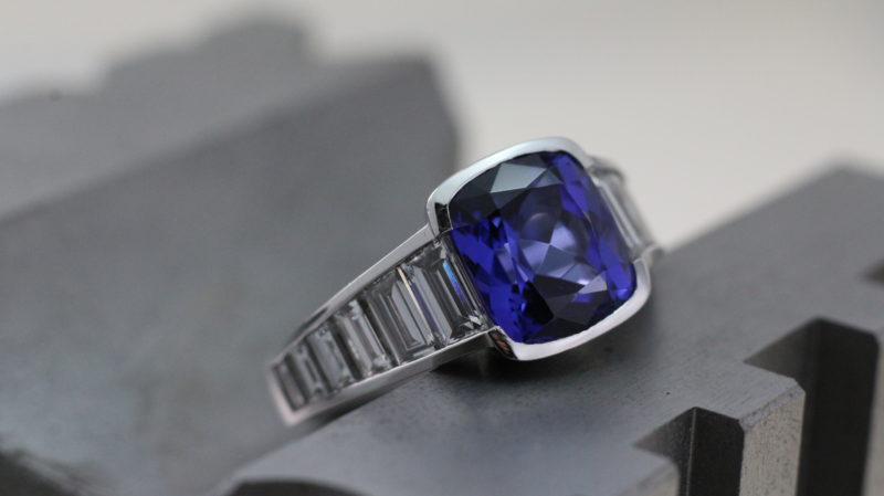 Ring aus Weißgold mit Tansanit und Diamanten