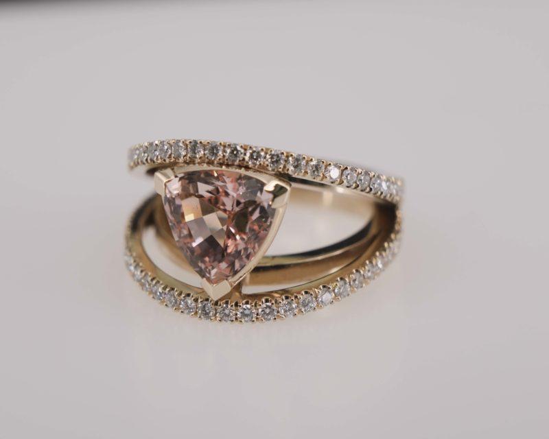 Ring aus Weißgold mit Morganit und Diamanten