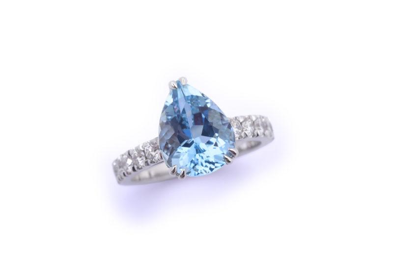 Ring aus Weißgold mit Aquamarin und Brillanten