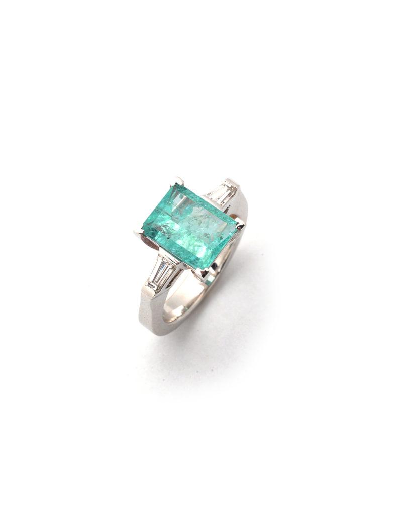 Ring aus Weißgold mit einem Paraiba-Turmalin und Diamanten