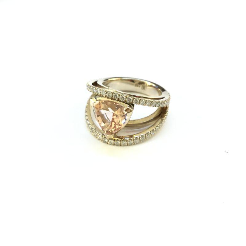 Ring aus Weißgold mit einem Morganit und Diamanten